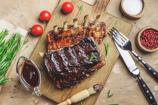 Domowe wędzone żeberka wieprzowe z grilla