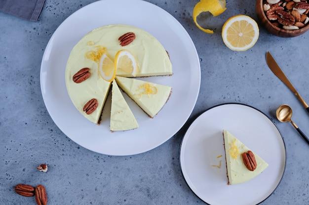 Domowe wegańskie ciasto cytrynowe na surowo