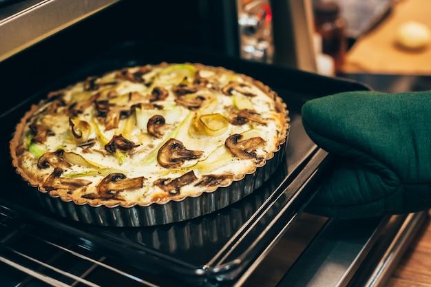 Domowe wegańskie ciasto quiche w gorącym piekarniku