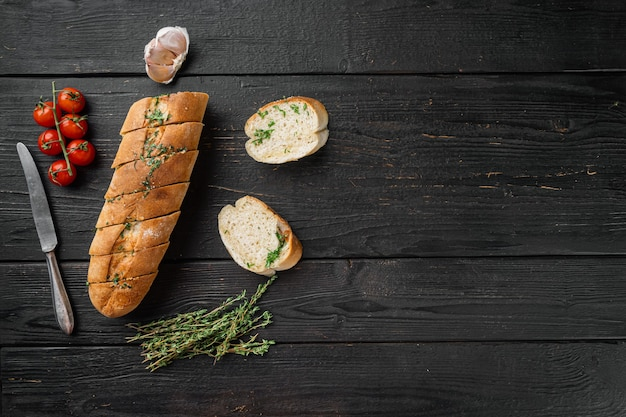Domowe wegetariańskie kanapki serowe masło czosnkowe zestaw chleba, na tle czarnego drewnianego stołu, widok z góry płasko leżał, z miejscem na kopię tekstu