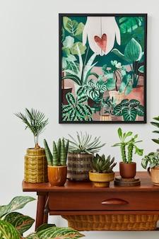 Domowe wnętrze salonu z półką w stylu vintage retro, mnóstwem roślin domowych, kaktusami, drewnianą ramą na białej ścianie i eleganckimi dodatkami w stylowym przydomowym ogródku..