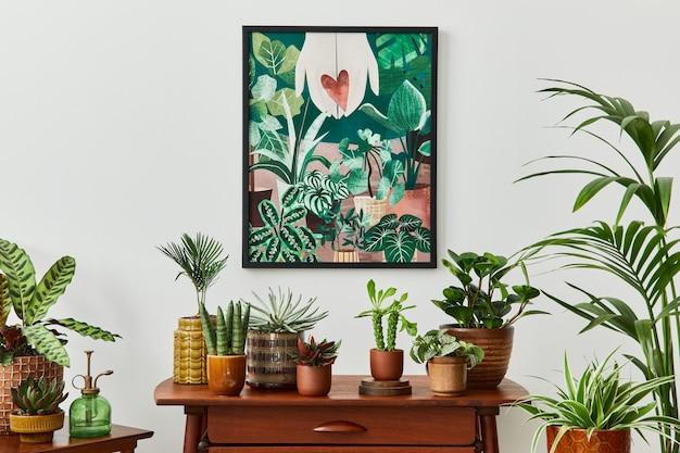 Domowe wnętrze salonu z półką w stylu vintage retro, mnóstwem roślin domowych, kaktusami, drewnianą ramą na białej ścianie i eleganckimi dodatkami w stylowym przydomowym ogrodzie.