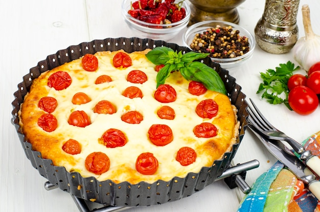 Domowe wypieki. ciasto z przekąskami z pomidorów koktajlowych. zdjęcie studyjne.
