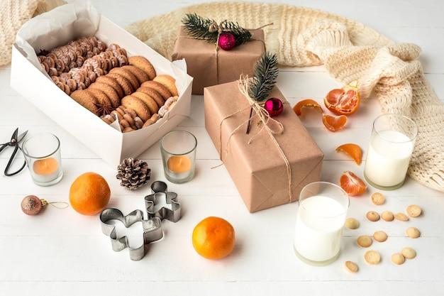 Domowe wypieki piekarnicze, pierniki w formie choinki i prezenty. noworoczna uczta dla gotowania świętego mikołaja. domowa piekarnia, boże narodzenie słodkie, koncepcja ferii zimowych.