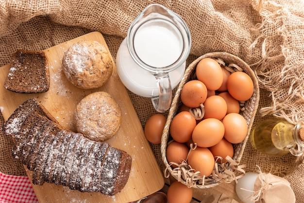 Domowe wypieki z jaj kurzych i świeżego mleka krowiego.