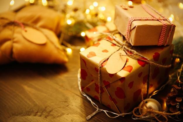 Domowe zapakowane prezenty świąteczne na stole