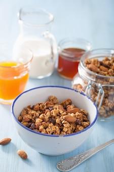 Domowe zdrowe muesli w misce na śniadanie