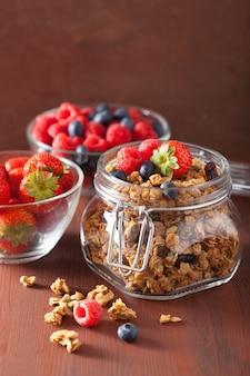 Domowe zdrowe muesli w szklanym słoju i jagody