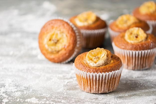 Domowej roboty bananowi muffins na szarym tle. zdrowy wegański deser.