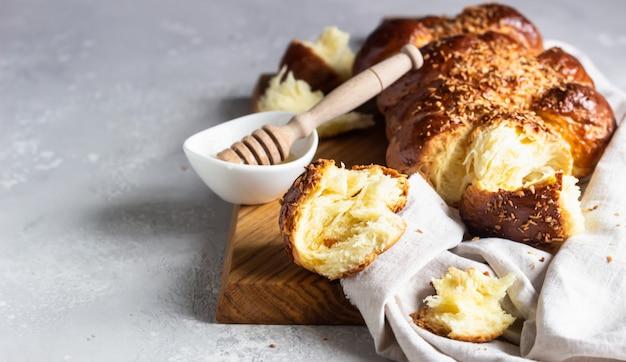 Domowej roboty chałka chleb na drewnianej tnącej desce