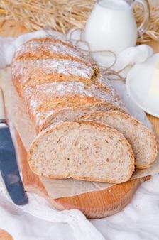 Domowej roboty chleb z otręby na drewnianym tle