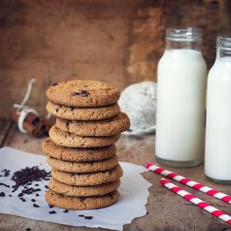 Domowej roboty ciastka owsiane z czekoladą i butelką mleka