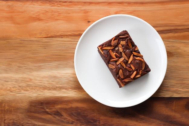 Domowej roboty ciastko na bielu talerzu. słodki deser z kakao i kawą.