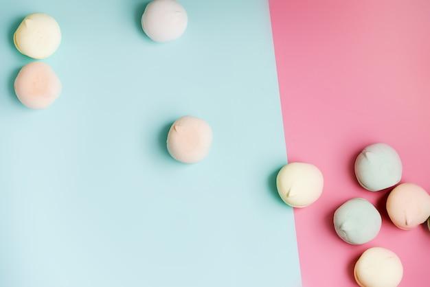 Domowej roboty cukierki barwiona beza na białym tle. deser.