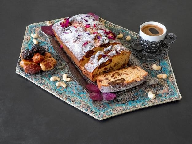 Domowej roboty data i orzecha włoskiego tort na czerń stole