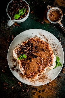 Domowej roboty deserowy tiramisu na talerzu