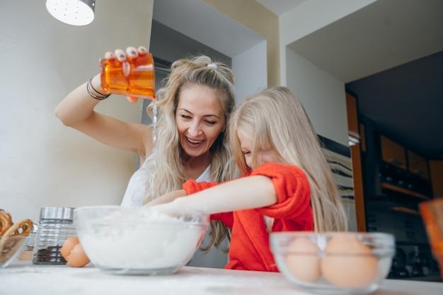 Domowej roboty domu ręka mąka gotować