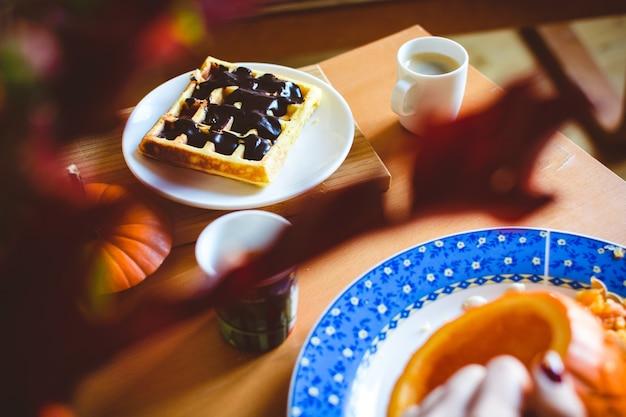 Domowej roboty dyniowy gofr z ciemną czekoladową polewą