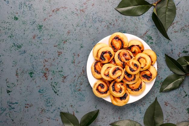 Domowej roboty dżem jagodowy wypełniający ciastka, widok z góry