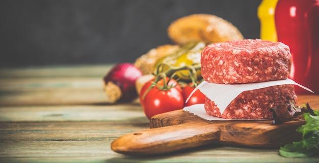 Domowej roboty hamburgery na drewnianym stole, zamykają up