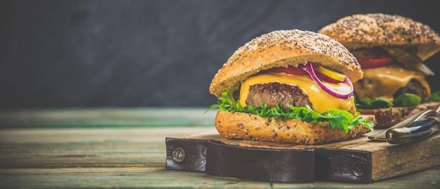 Domowej roboty hamburgery na drewnianym tle, przestrzeń dla teksta