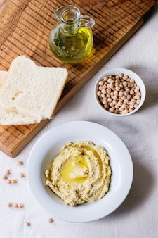 Domowej roboty hummus na talerzu