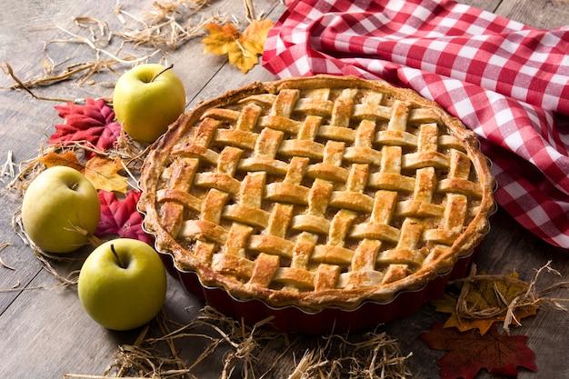 Domowej roboty jabłecznik na drewnianym stole