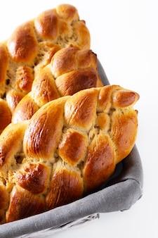 Domowej roboty karmowego pojęcia warkocza challah świeży piec chlebowy ciasto w chlebowym koszu