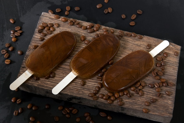 Domowej roboty kawowy czekoladowy lody na ciemnym tle, lato zimny deser selekcyjna ostrość