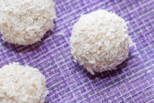 Domowej roboty kokosowy cukierek na purpurowym tle