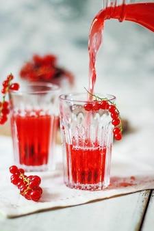 Domowej roboty napój z czerwonych porzeczek jagodowych