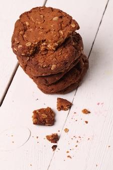 Domowej roboty outmeal brown ciastka na stole