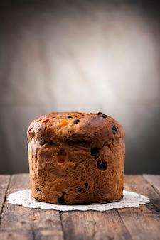 Domowej roboty panettone. tradycyjne włoskie ciasto bożonarodzeniowe