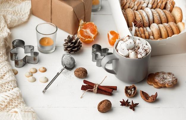 Domowej roboty piekarni, pierniki w formie choinki z bliska.