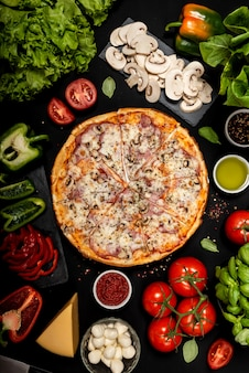 Domowej roboty pizza przygotowywająca jeść z surowymi składnikami. widok z góry .