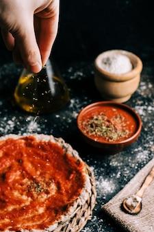 Domowej roboty pizzy przygotowanie na starym drewnianym stole
