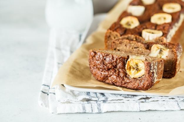 Domowej roboty pokrojony bananowy chleb na bielu