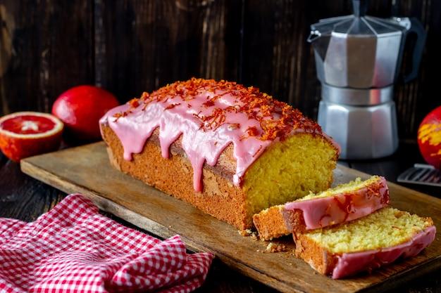 Domowej roboty pomarańcze tort na drewnianym stole. czerwone pomarańcze przepisy ciasta