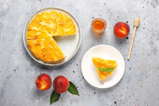 Domowej roboty pyszna francuska tarta deserowa z brzoskwiniami
