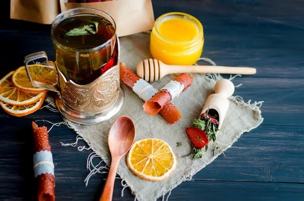 Domowej roboty różne skórki owocowe i suszone frytki w talerzu na drewnianym stole
