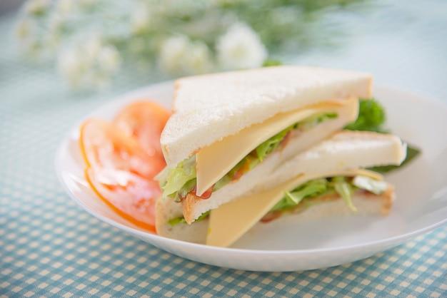Domowej roboty sanwich śniadanie ustawiający na stole - fasta food ranku ustalony pojęcie