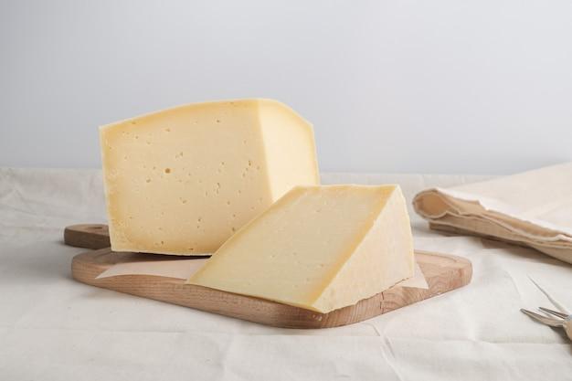 Domowej roboty ser na drewnianym talerzu