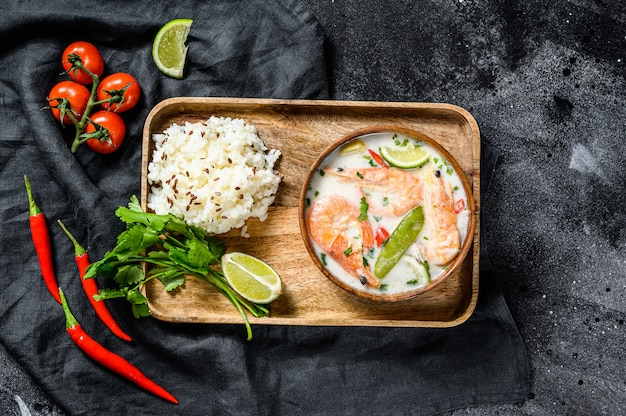 Domowej roboty tom kha gai. zupa z mleka kokosowego w misce. tajskie jedzenie. .