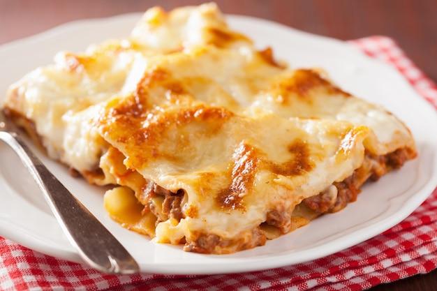 Domowej roboty włoska lasagna na talerzu