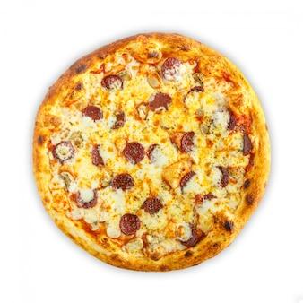 Domowej roboty włoska pizza z mozzarellą, pomidorem, oliwkami i pieczarkami odizolowywającymi na białym tle. widok z góry
