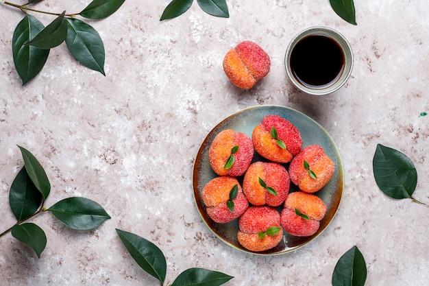Domowej roboty włoskie brzoskwiniowe ciastka wypełnione kremem, widok z góry