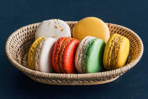 Domowej roboty wyśmienicie kolorowy francuski macaron lub włoski macaron na koszu