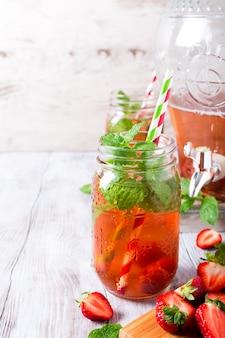 Domowej roboty wyśmienicie truskawkowy kompot w szklanym słoju