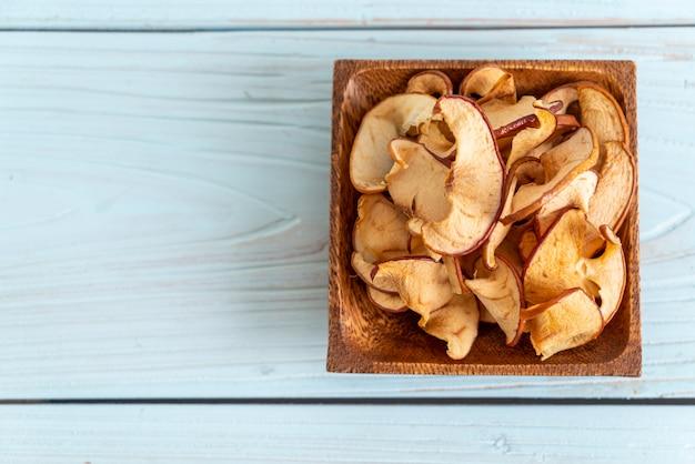 Domowej roboty wysuszony organicznie jabłka pokrojony tło