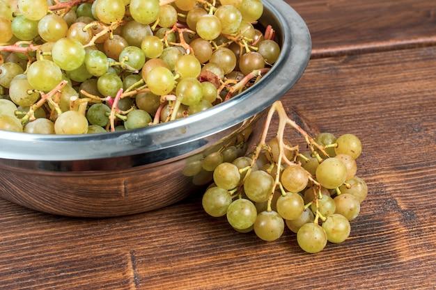 Domowi winogrona w talerzu na stole